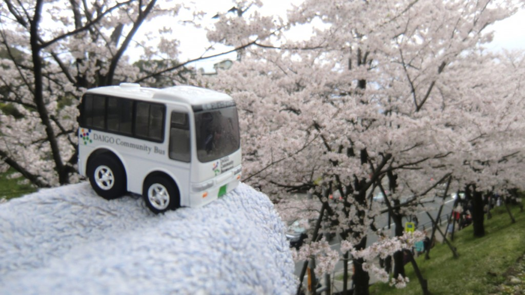 蹴上インクラインの桜並木と醍醐コミュニティバスチョロQ